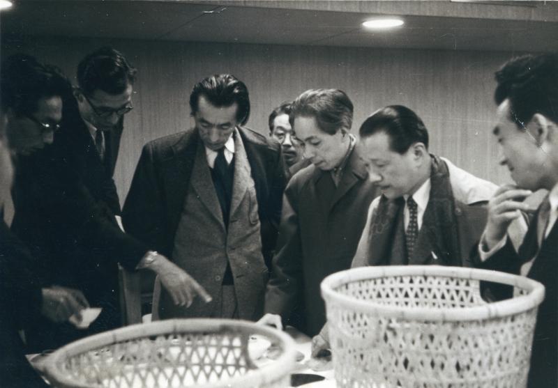 「グッドデザインコーナー」のための選定会風景 1955年頃 写真提供_日本デザインコミッティ―