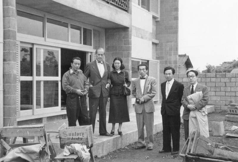 来日の際に岡本のアトリエを訪れたグロピウス 1954年